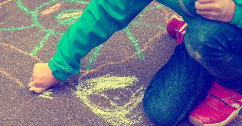 Rysowanie kredą po chodniku