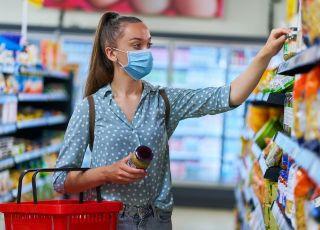Rzecznik MZ apeluje, by nie wpuszczać do sklepów klientów bez maseczek