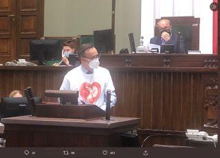 Rzecznik praw dziecka w koszulce z płodem.