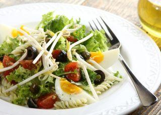 Sałatka francuska z kiełkami i jajkiem - przepis na sałatkę