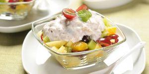 Sałatka owocowa z sosem jogurtowym posypana otrębami  - przepis na sałatkę
