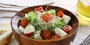 Sałatka włoska z mozzarellą - przepis na sałatkę