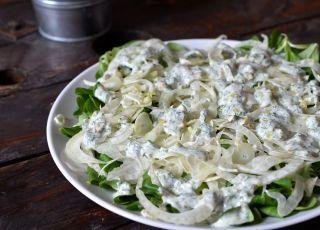 Sałatka z kopru włoskiego z roszponką, pistacjami i jogurtem naturalnym - przepis na sałatkę