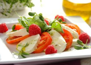 Sałatka z mozzarellą, pomidorami i malinami