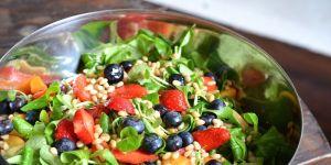 Sałatka z roszponką i owocami - przepis na sałatkę