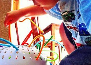 Samodzielna zabawa małego dziecka