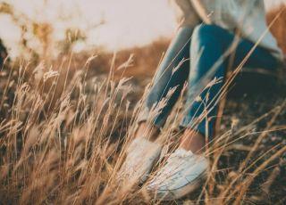 Samotna mama siedzi na trawie