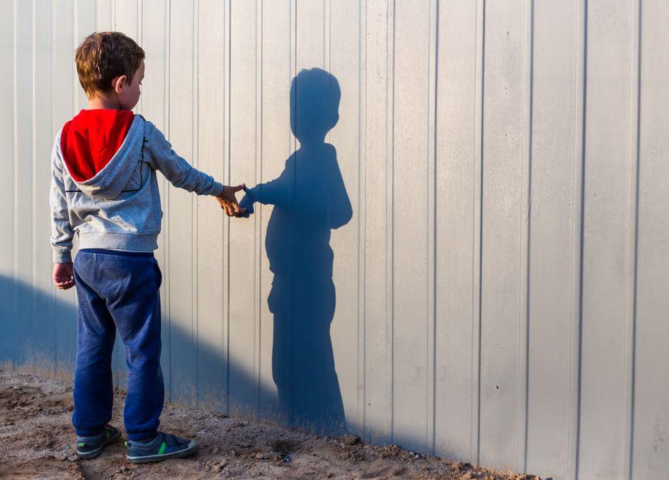 Samotne dziecko na uboczu