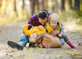 Samotny ojciec z dwójką dzieci