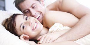 seks i poczucie humoru, starania o dziecko, seks, para w łóżku, humor w łóżku, współzycie