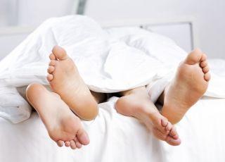 seks po porodzie, para w łóżku