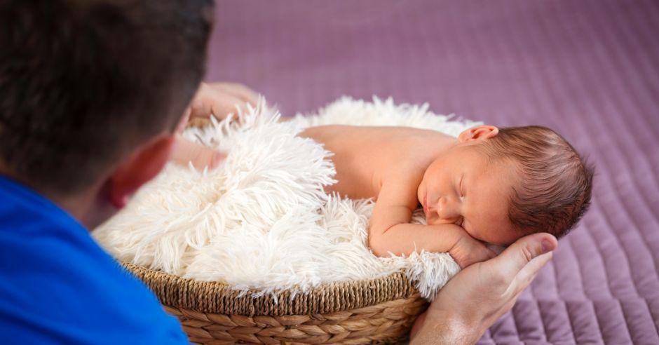 sesja noworodkowa, niemowlę i fotograf
