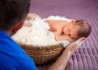 Domowa sesja noworodka – jak wybrać stylizację i bezpiecznie układać dziecko?