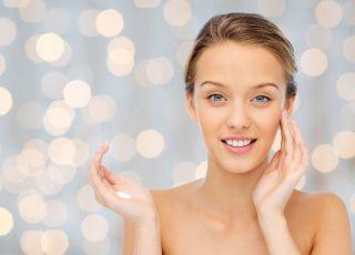 smarowanie kremem twarzy