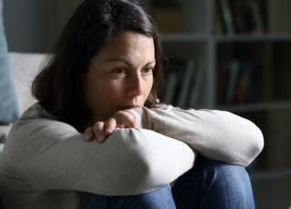 smutna kobieta, smutek, depresja, spadek nastroju