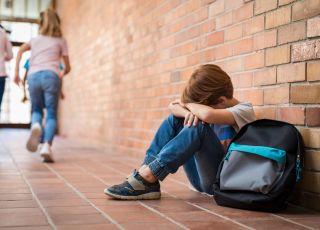 Smutne dziecko w szkole