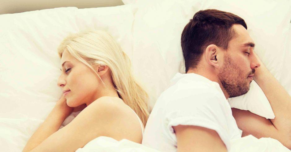 sny erotyczne, para w łóżku
