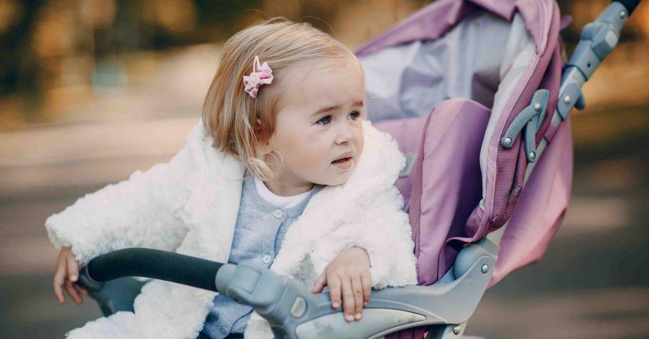 spacer, bunt dwulatka, nie chce siedzieć w wózku, chce na rączki, chce na barana, dziecko nie chce samo chodzić, płacze na ulicy