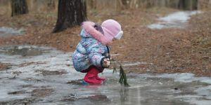 Spacer po zamarzniętym zbiorniku wodnym jest niebezpieczny