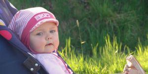 spacer z dzieckiem, niemowlę w wózku, dziecko w wózku, wózek dziecięcy
