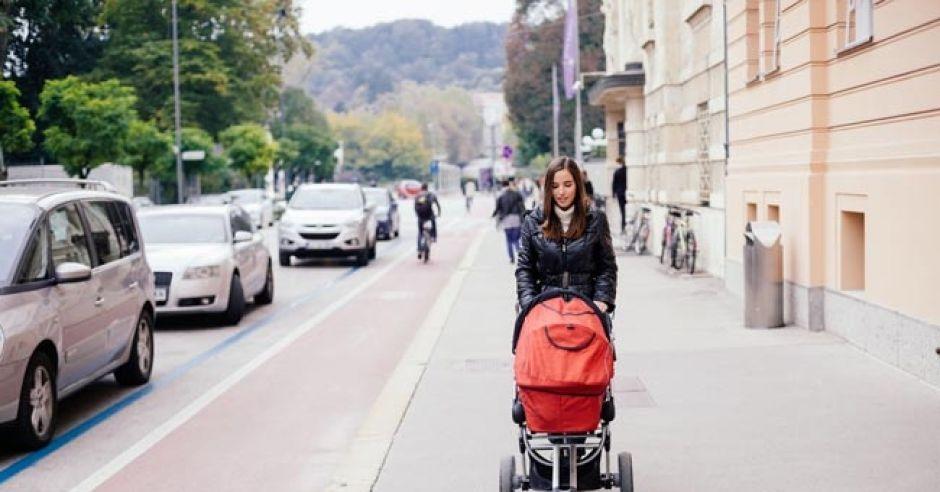 spacer z dzieckiem, spacer przy ulicy