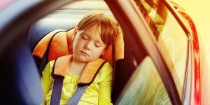 Śpiąca dziewczynka w samochodzie