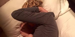 Śpiąca matka z małym dzieckiem