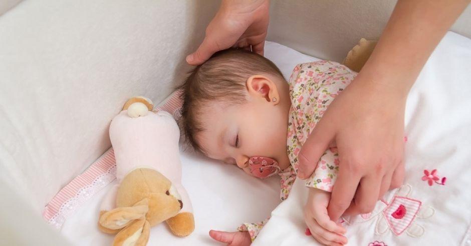 śpiące dziecko, niemowlę, sen, śpiące niemowlę