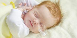 śpiące niemowlę i smoczek