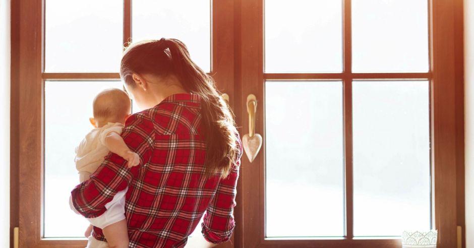 starania o dziecko, test ciązowy, kobieta i niemowlę
