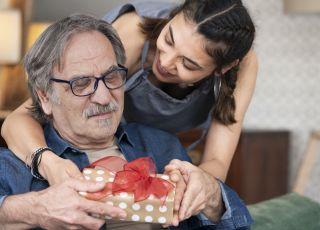 starszy mężczyzna i młoda kobieta, prezent
