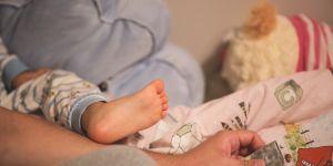 stópka dziecka i rodzic w domu