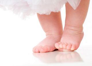 stopy dziecka, nóżki, nogi, nauka chodzenia, pierwsze kroki
