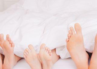 stopy, dziecko w łóżku, łóżko