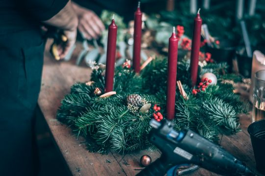 Mocowanie świec na wieńcu adwentowym