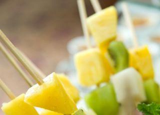 szaszłyki, owoce, pomarańcza, banan, kiwi