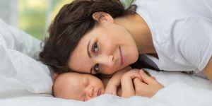 Szczęśliwa mama tuli noworodka