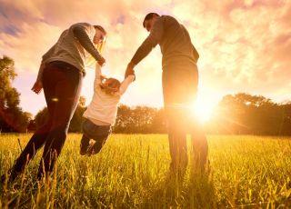 szczęśliwa rodzina na majówce