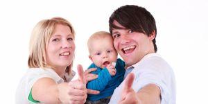 szczęśliwa rodzina z niemowlakiem