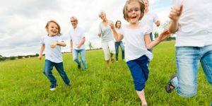 szczęśliwe dzieci biegną