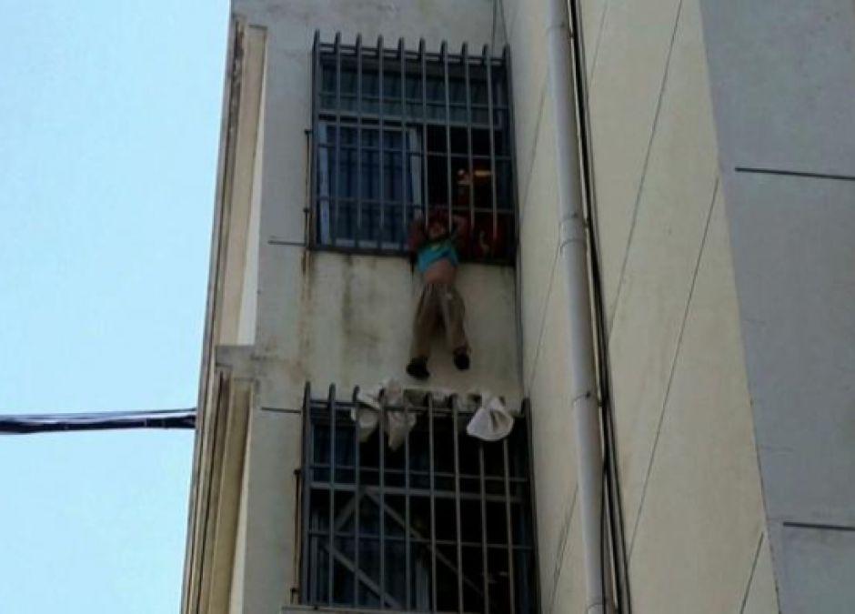 Sześciolatek zawisł na 5 piętrze – jego głowa utknęła między szczebelkami!