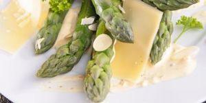 Szparagi z serem Gouda i prażonymi migdałami