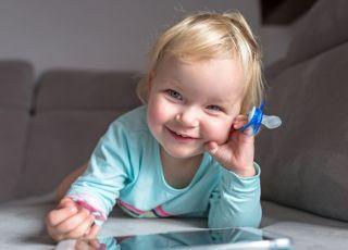 Taka zabawa może opóźnić rozwój mowy dziecka. Potwierdzają to badania!