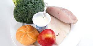 talerz, kuchnia dla dziecka, brokuły, bułka, ryby, jogurt