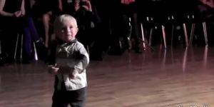 tańczące dziecko, dziecko tańczy, muzyka