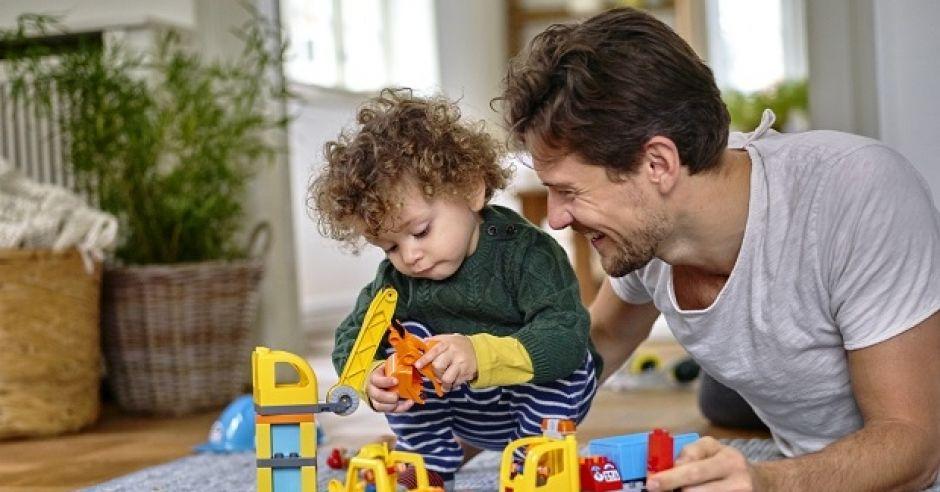 tata bawi się klockami z synkiem