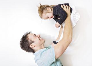 Tata bawi się z dzieckiem