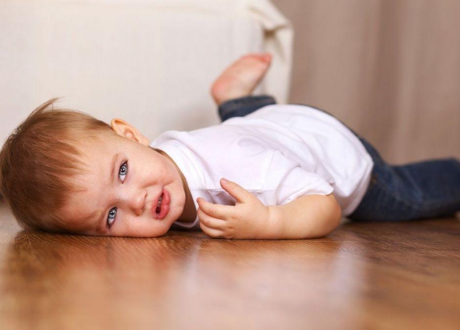 tata ciągnął dziecko za kaptur po podłodze