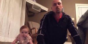 tata ćwiczy z dzieckiem