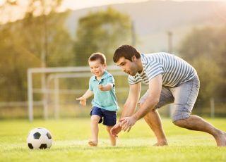 tata, dziecko, gra w piłkę, piłka nożna, zabawa z piłką,